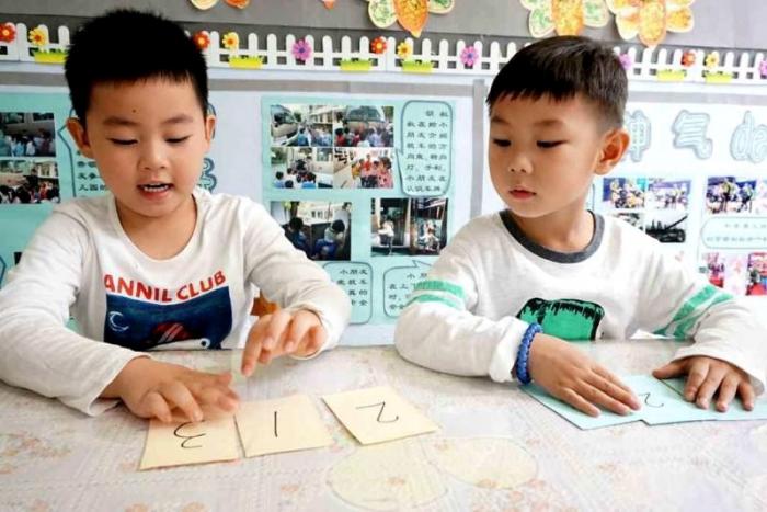 """""""深度学习""""是一种基于问题解决的学习,也是基于实践探究的学习,从某种角度来说,集体教学具有更大的优势,因为优质的集体教学能在单位时间里比较有效地引发儿童地深度学习。 今天就以我园教师撰写的中班集体深度学习案例《车牌的故事》为例,探寻在教师的引领下,儿童基于主题研习过程中的问题展开深度学习的历程。 车 牌 的 故 事 活动背景 在《车车王国》主题研习过程中,班级孩子对校车产生了探究兴趣,于是在和司机叔叔约定好后,我们带着事先做好的计划开始了探访校车活动。在参观校车的过程中,很多孩子们"""